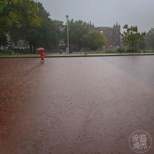 averse-bruxelles-haiku-parapluie-rouge