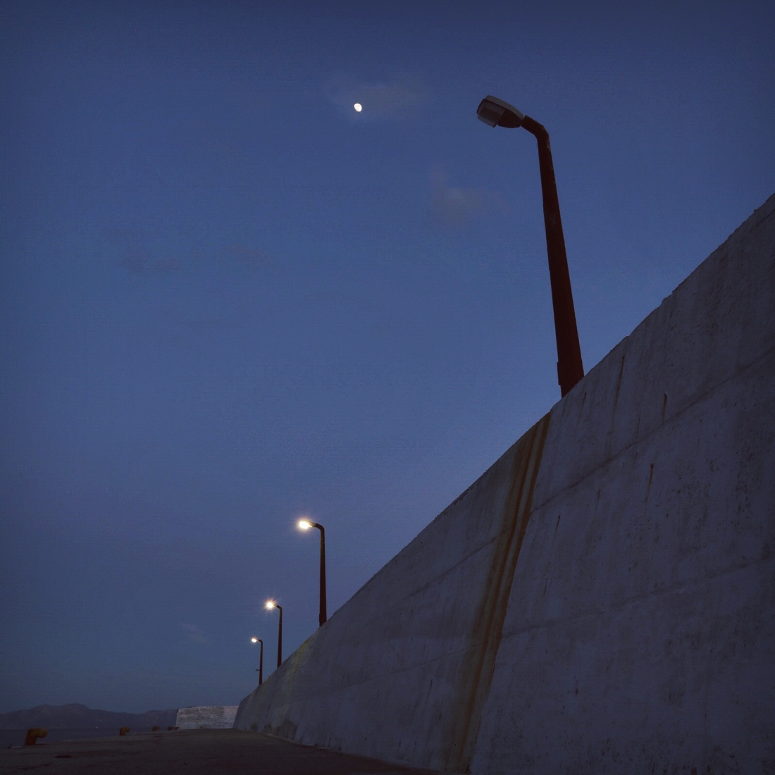 Haïku de lune et de lampadaire au port d'Ikaria