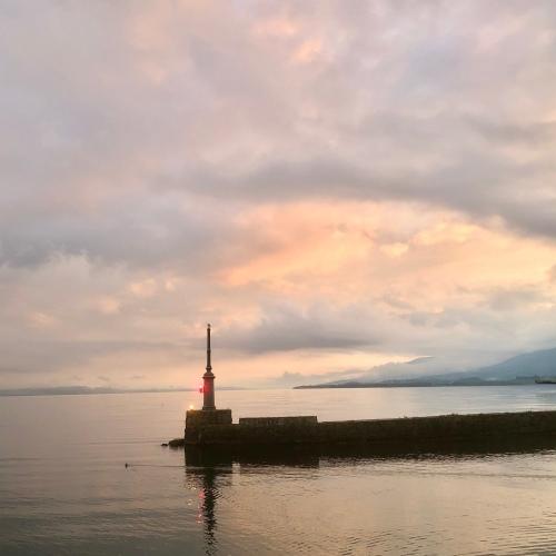 Un grèbe sort du port de Neuchâtel un soir de printemps pour un haïku