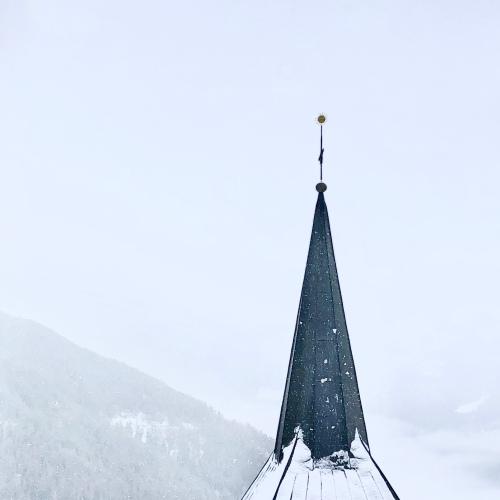 chandolin sous la neige pour un haiku d'adieu en poésie